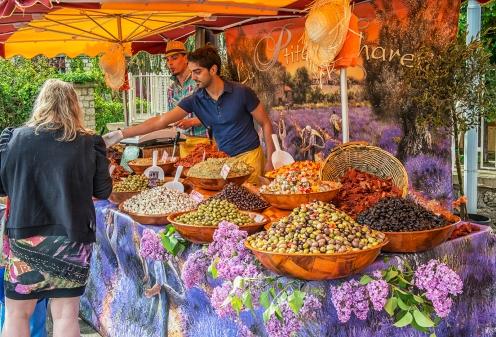 Étal d'olives au marché de Saint-Cyprien